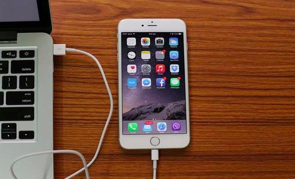iTunesを起動してiPhoneをコンピュータに接続する